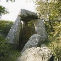 """La Fundación Dolores Bas de Arus reclama ayuda para """"adecentar, conservar y promocionar"""" un dolmen cercano a Badajoz."""
