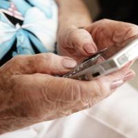 Unas 1.000 personas mayores de Extremadura y Andalucía se formarán en el uso de teléfonos inteligentes