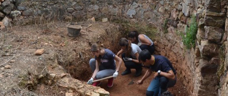Jóvenes y mayores en talleres de arqueología en El Rebellao