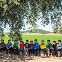 Alumnos de cuatro poblaciones han plantado alcornoques y encinas en la finca del Rebellao