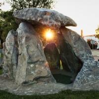 """Una reproducción del dolmen de """"El Rebellao"""" luce en Valverde de Leganés"""