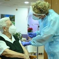 Araceli, una mujer de 96 años, recibe la primera vacuna contra el coronavirus en España